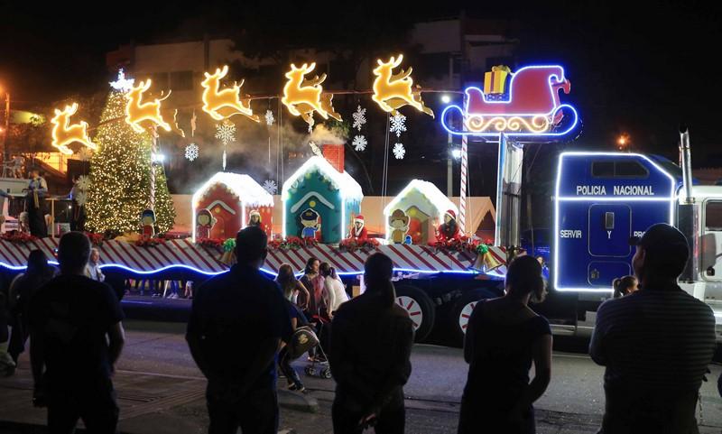 Fotos Carrozas Navidenas.Honduras Desfile De Carrozas Y Bandas Aviva El Fervor De